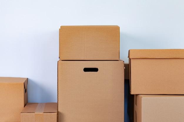 Conceito de mudança de casa com caixas de papelão empilhadas em uma sala Foto Premium