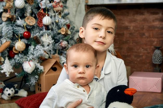 Conceito de natal e crianças esperando por um milagre. Foto Premium