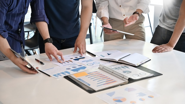 Conceito de negócio de inicialização closeup, reunião de negócios da equipe e análise de dados financeiros no papel de documento. Foto Premium