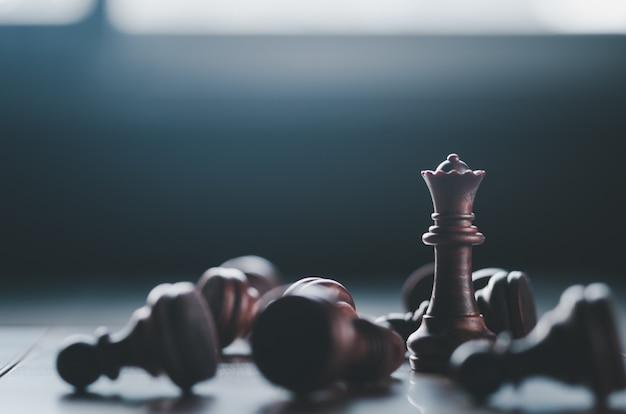 Conceito de negócios e estratégia, jogo de tabuleiro de xadrez no escuro Foto Premium