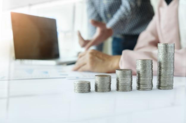 Conceito de negócios. linhas de moedas para o conceito financeiro e bancário com homem e mulher de negócios. uma metáfora de consultoria financeira internacional. Foto Premium