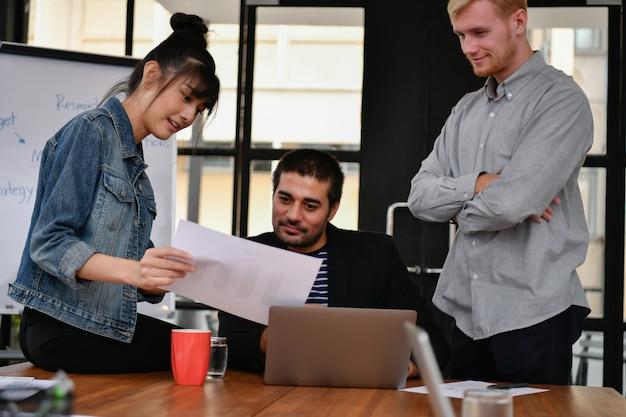 Conceito de negócios. pessoas de negócios estão reunidos no escritório. Foto Premium