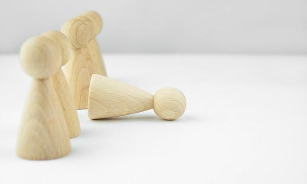 Conceito de negócios. recrutamento de pessoal. headhunting. muita equipe. homenzinhos de madeira sobre uma mesa de luz. copie o espaço. Foto Premium