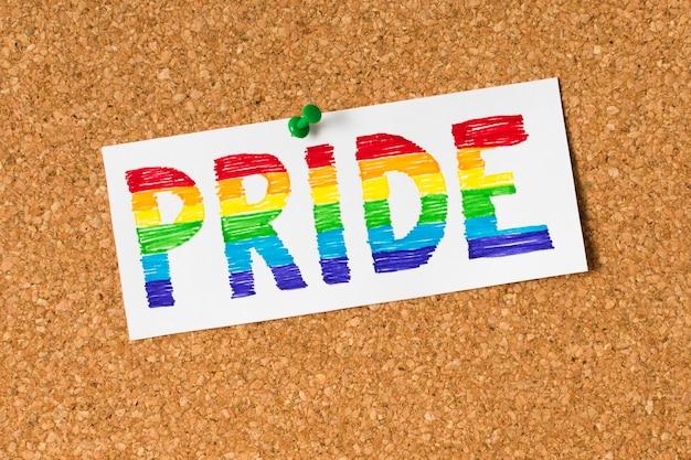 Conceito de orgulho em fundo de cortiça Foto gratuita