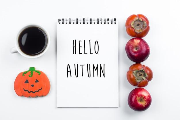 Conceito de outono outono de halloween. maçãs e caquis, biscoitos de abóboras de gengibre Foto Premium