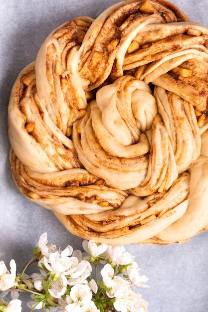 Conceito de padaria de comida fazendo pão dought para maçã pão de estopa de ... pão trançado com espaço de cópia Foto Premium