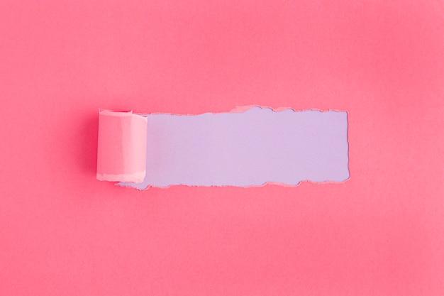 Conceito de papel rosa rasgado para o dia da mulher Foto Premium