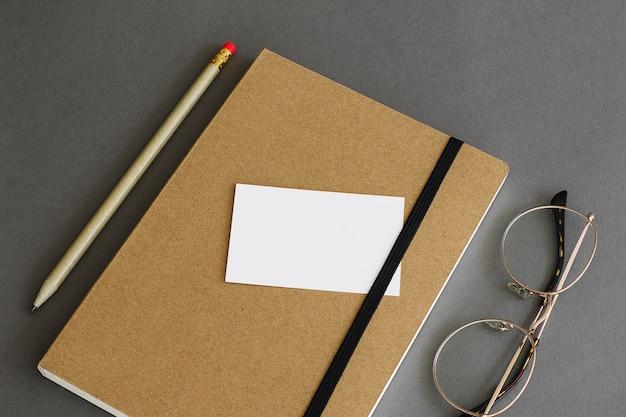 Conceito de papelaria com cartão no livro Foto gratuita