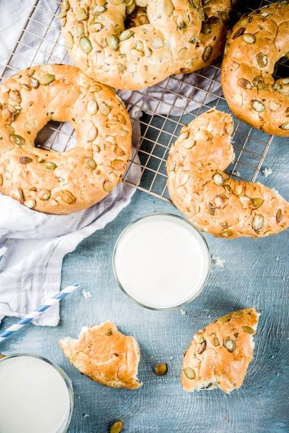 Conceito de pequeno-almoço saudável, pão caseiro de cereais com copo de leite Foto Premium