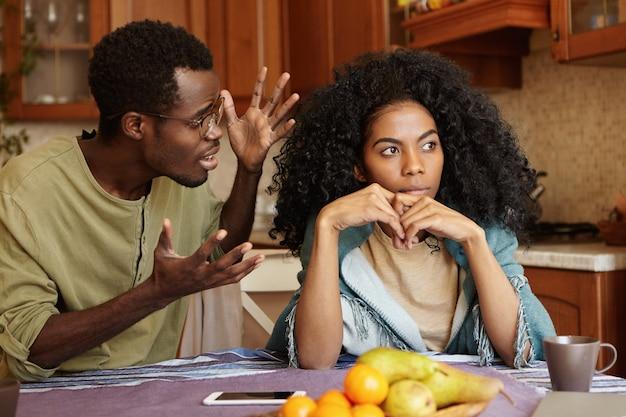 Conceito de pessoas e relacionamentos. casal afro-americano discutindo na  cozinha: homem de óculos gesticulando em raiva e desespero, gritando com  sua linda namorada infeliz que o está ignorando totalmente | Foto Grátis
