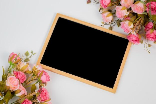 Conceito de plano de fundo lindo casamento vista superior com decorações de quadro e flor de lousa Foto Premium