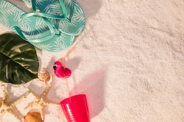 Conceito de praia com chinelos azuis Foto gratuita