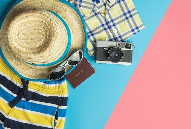 Conceito de praia de viagens de verão com moda de viagens de verão e objetos Foto Premium