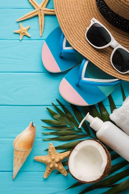 Conceito de praia plana leigos com conchas Foto gratuita