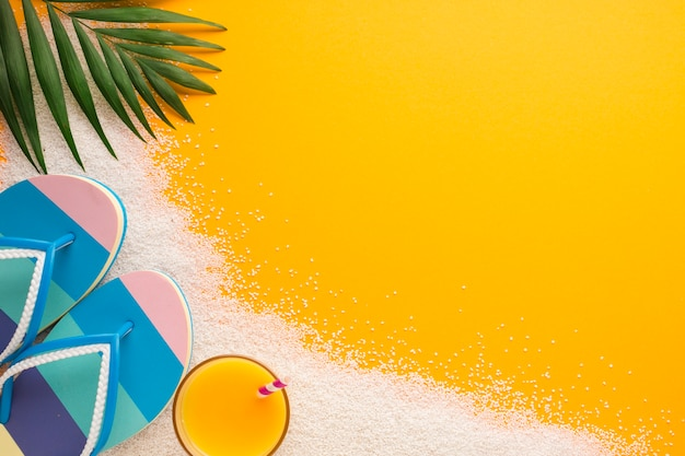Conceito de praia plana leigos com espaço de cópia Foto gratuita