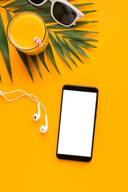 Conceito de praia plana smartphone lay Foto gratuita