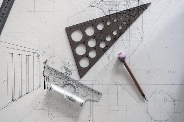 Conceito de projeto arquitetônico. vista superior do desenho em papel com réguas e lápis Foto Premium