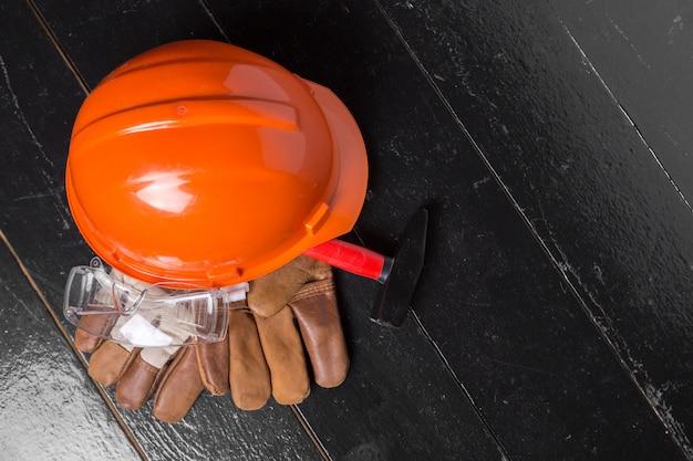 Conceito de proteção de trabalho na mesa de madeira, vista superior Foto Premium