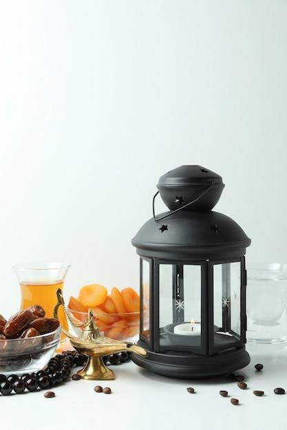 Conceito de ramadã com comida e acessórios em branco Foto Premium