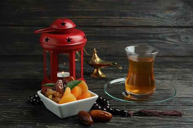 Conceito de ramadã com comida e acessórios na mesa de madeira Foto Premium