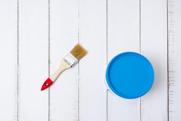 Conceito de renovação de casa. escova e um balde de tinta em um fundo Foto Premium