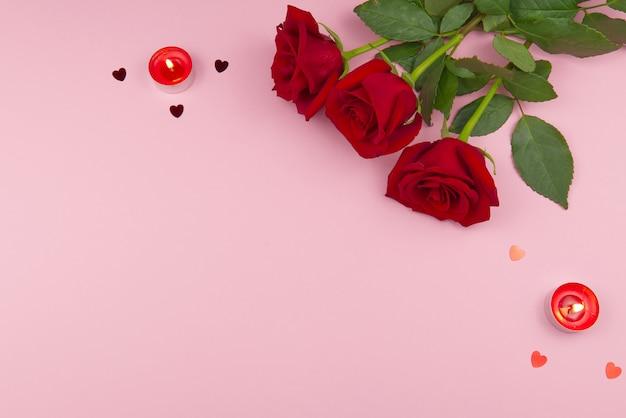 Conceito de são valentim em um fundo rosa com decorações. o conceito do dia de são valentim, casamentos, noivados, dia das mães, aniversário, natal e outros feriados. mosca plana Foto Premium