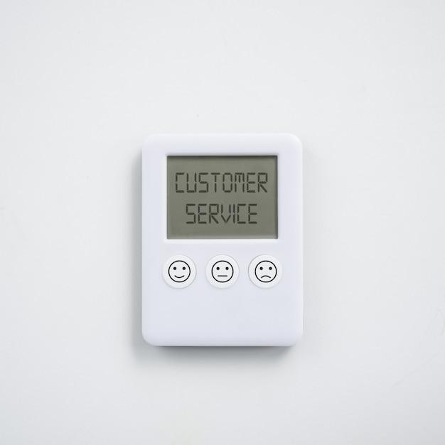 Conceito de satisfação do serviço ao cliente com relógio digital com diferentes expressões de satisfação, impresso nos botões Foto Premium