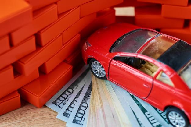 Conceito de segurança de condução. o carro bateu em uma parede de tijolos. pagamentos de seguro após o acidente Foto Premium
