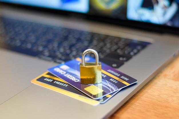 Conceito de segurança do cartão de crédito, cartão de crédito com cadeado Foto Premium