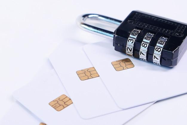 Conceito de segurança na internet com cadeado e cartões de crédito na mesa branca Foto Premium