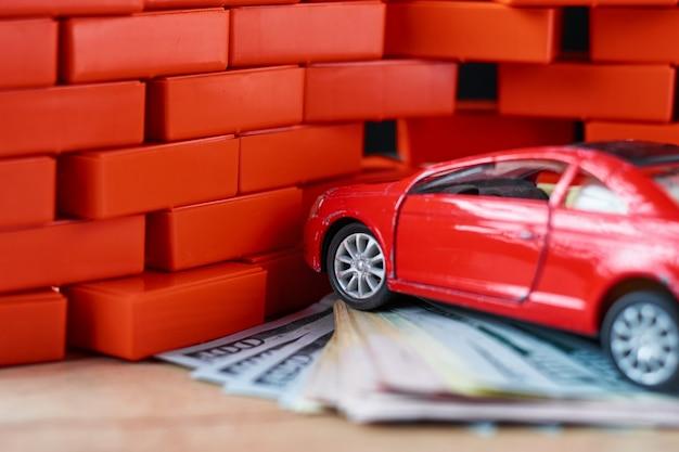 Conceito de segurança rodoviária. carro quebrado e notas de um dólar. Foto Premium