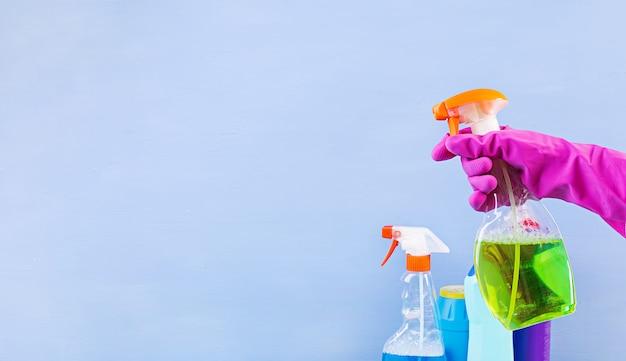 Conceito de serviço de limpeza. conjunto de limpeza colorido para diferentes superfícies na cozinha, banheiro e outros cômodos. bandeira. Foto Premium