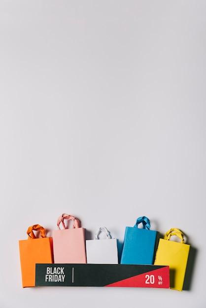 Conceito de sexta feira preta com banner e bolsas Foto gratuita