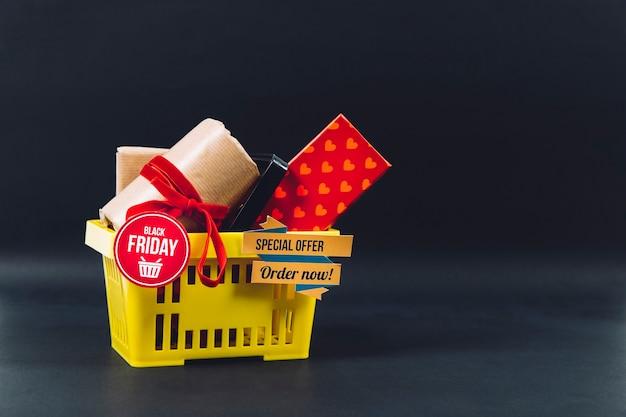 Conceito de sexta feira preta com cesta e presentes Foto gratuita