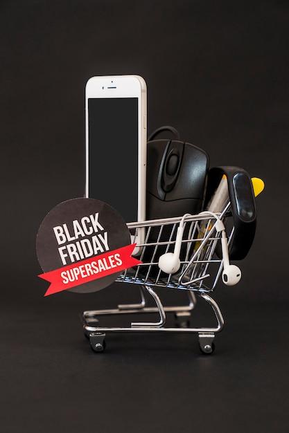 Conceito de sexta feira preta com smartphone, mouse e rótulo no carrinho Foto gratuita