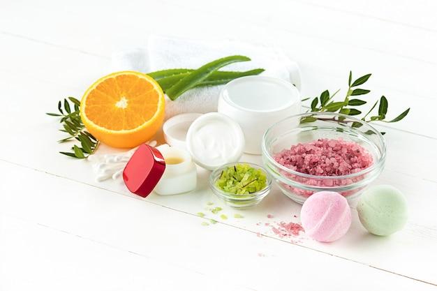 Conceito de spa com sal, hortelã, loção, toalha em branco Foto gratuita