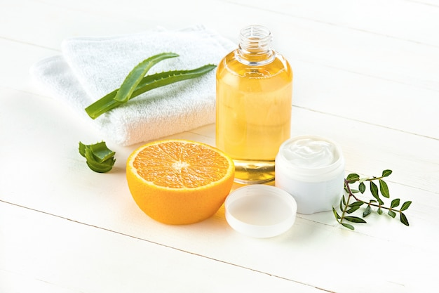 Conceito de spa com sal, hortelã, loção, toalha no fundo branco Foto gratuita