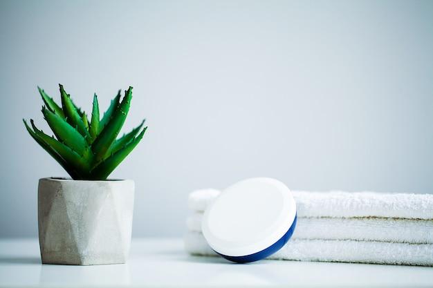 Conceito de spa. creme hidratante e aloe na mesa no banheiro Foto Premium
