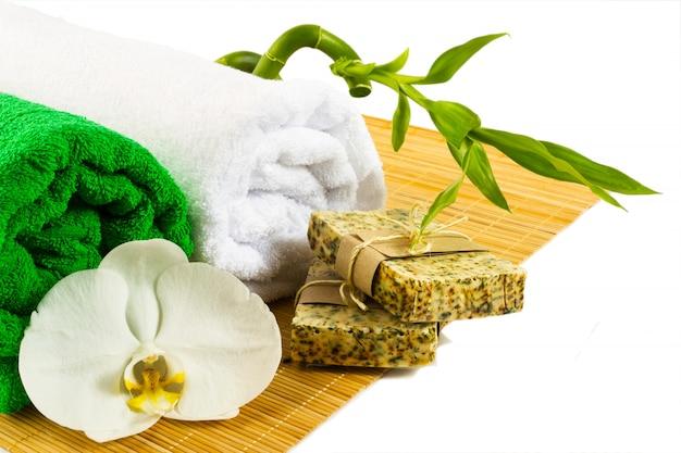 Conceito de spa e bem-estar com sabão natural isolado no branco Foto Premium