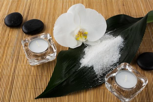 Conceito de spa e bem-estar com sal marinho e orquídea Foto Premium