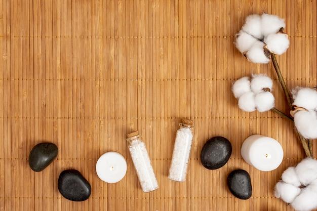 Conceito de spa plana leigos com sais de banho Foto gratuita
