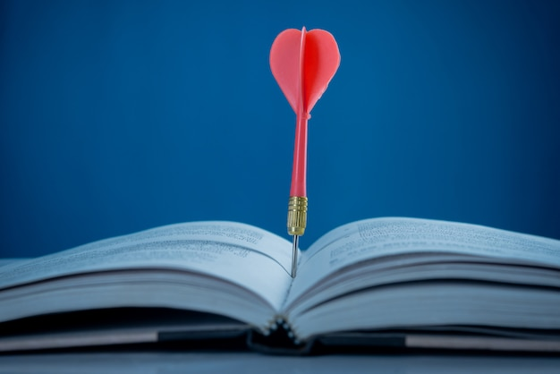 Conceito de sucesso, alvo no livro Foto gratuita