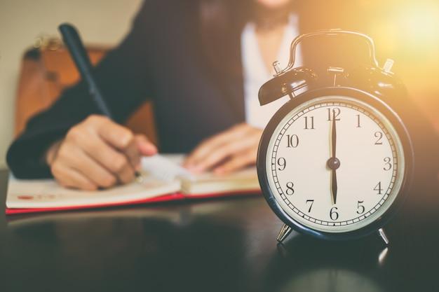 Conceito de tempo de trabalho de negócios. manhã 06:00 com trabalho pessoas no fundo Foto Premium
