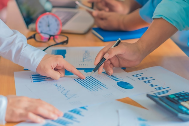 Conceito de trabalho comercial planejamento, trabalho em equipe para o sucesso. foco seletivo e filtro suave flare. Foto Premium