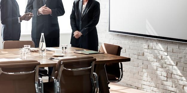 Conceito de trabalho de estratégia de discussão de reunião de grupo de negócios Foto gratuita