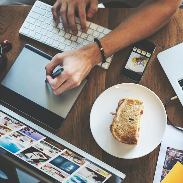 Conceito de trabalho de trabalho do internet do dispositivo de digitas da sobrecarga Foto Premium