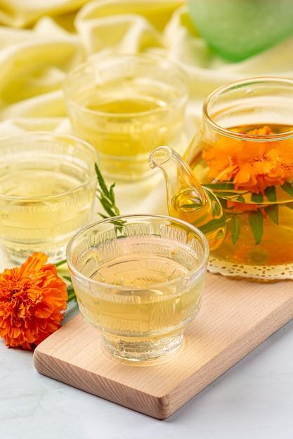Conceito de tratamento de chá de ervas de calêndula, limão, mel. Foto gratuita