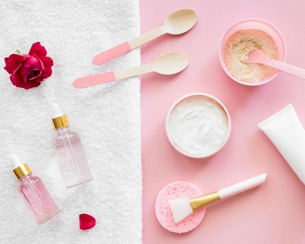 Conceito de tratamento de spa com produtos rosa e escova de maquiagem Foto gratuita