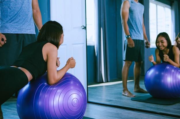 Conceito de treino; jovens praticando exercícios em sala de aula Foto Premium