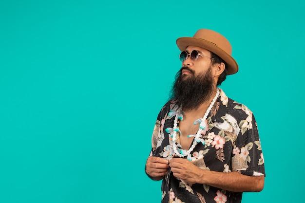 Conceito de turistas do sexo masculino que têm barba longa, usando um chapéu em um azul. Foto gratuita